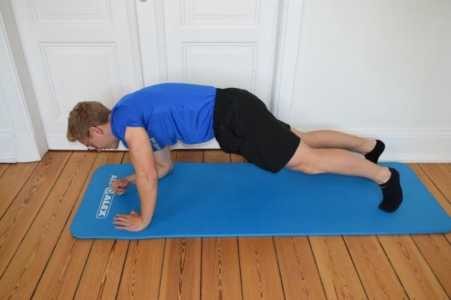 Plank in den Liegestütz