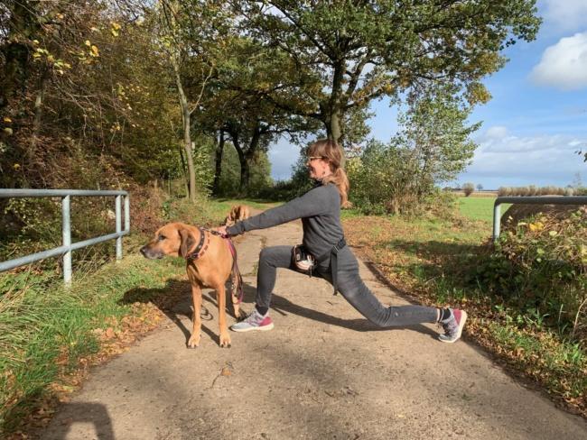 Ausfallschritt sport mit hund